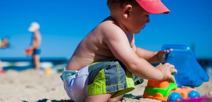 5 otroških kratkočasnih iger za na plažo