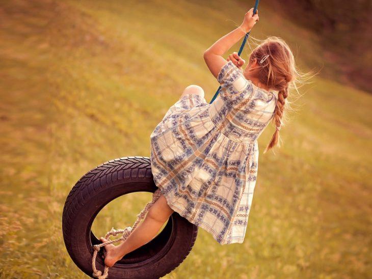 deklica na gugalnici