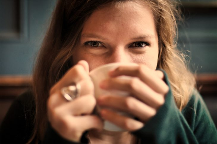 dekle pije caj